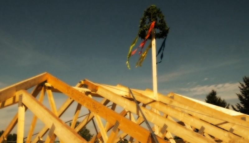 Richtfestkrone auf dem Dachstuhl