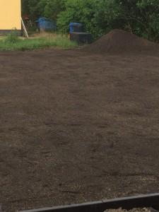 Eingebneter Mutterboden im Garten